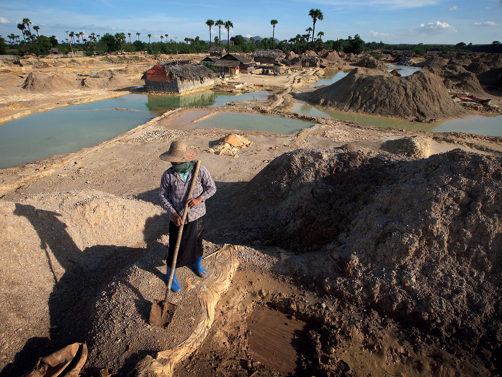 Maanviljelijä lapioi viime vuonna kuparikaivoksen jätteitä Myanmarin Monywassa toiveenaan löytää ylijäämämetallia. // KUVA: KUNI TAKAHASHI/GETTY IMAGES/ALL OVER PRESS