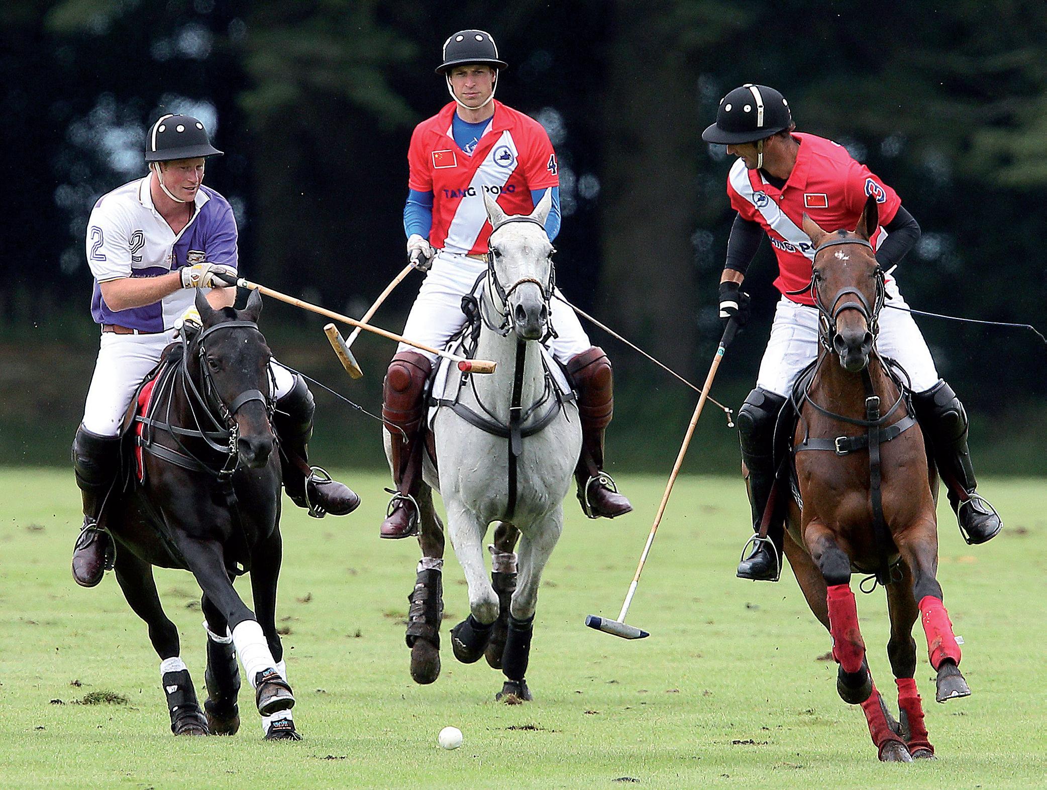 Prinssit Harry (vas.) ja William pelasivat pooloa Englannin Cirencesterissä elokuussa. // KUVA: PAUL TERRY/WENN.COM/ALL OVER PRESS
