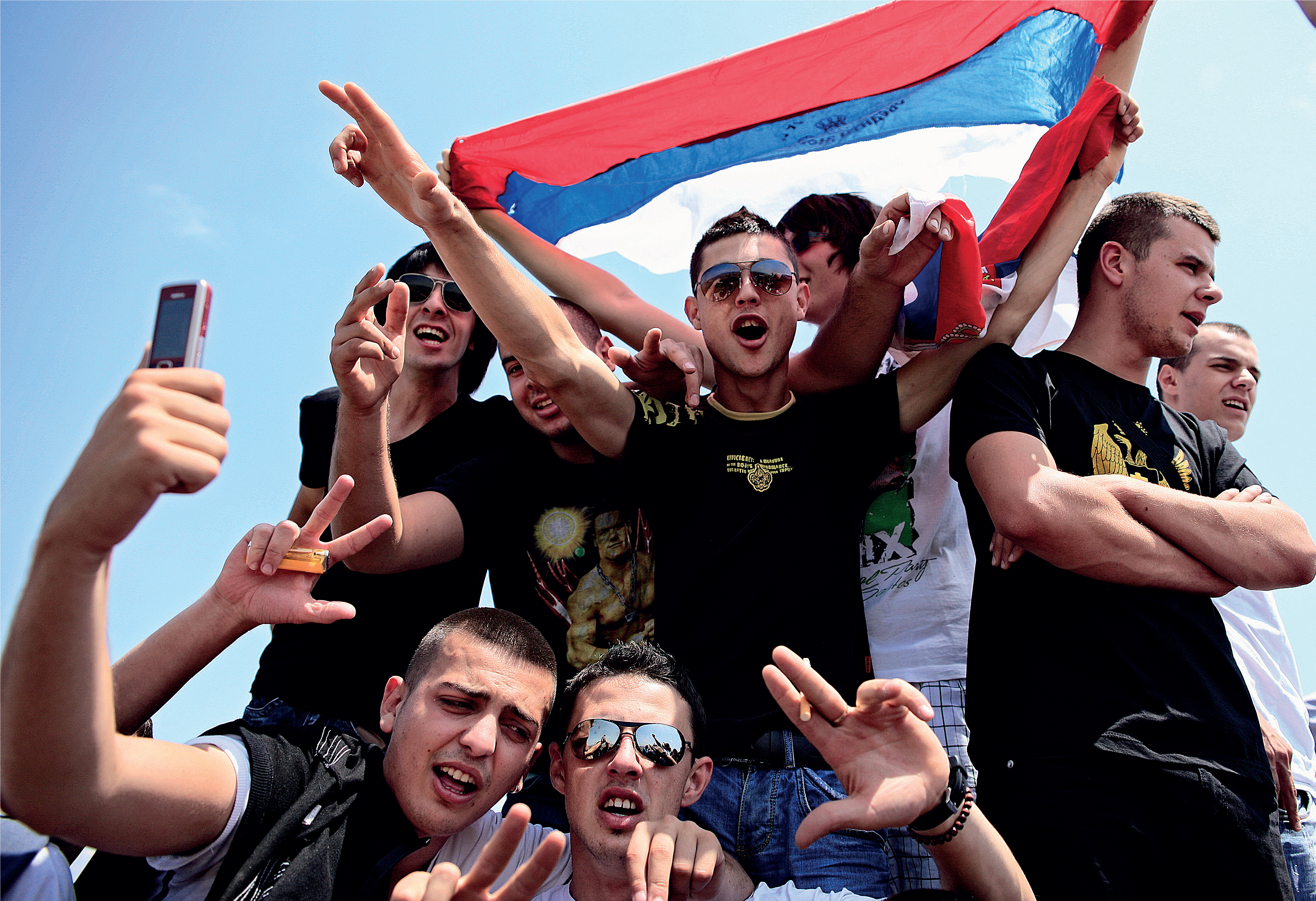 Kosovo Poljen vuosipäivänä juhlijoiden sormet taipuvat sodan aikana tutuksi tulleeseen Serbian voitonmerkkiin.