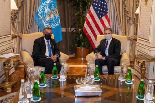 WHO:n pääjohtaja Tedros Adhanom Ghebreyesus ja Yhdysvaltojen ulkoministeri Antony Blinken istuvat nojatuoleissa.