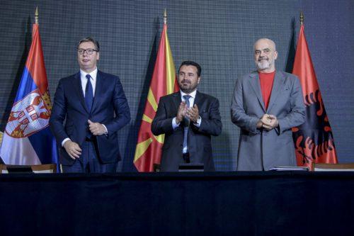 Aleksandar Vučić, Edi Rama ja Zoran Zaev seisovat rinnakkain.