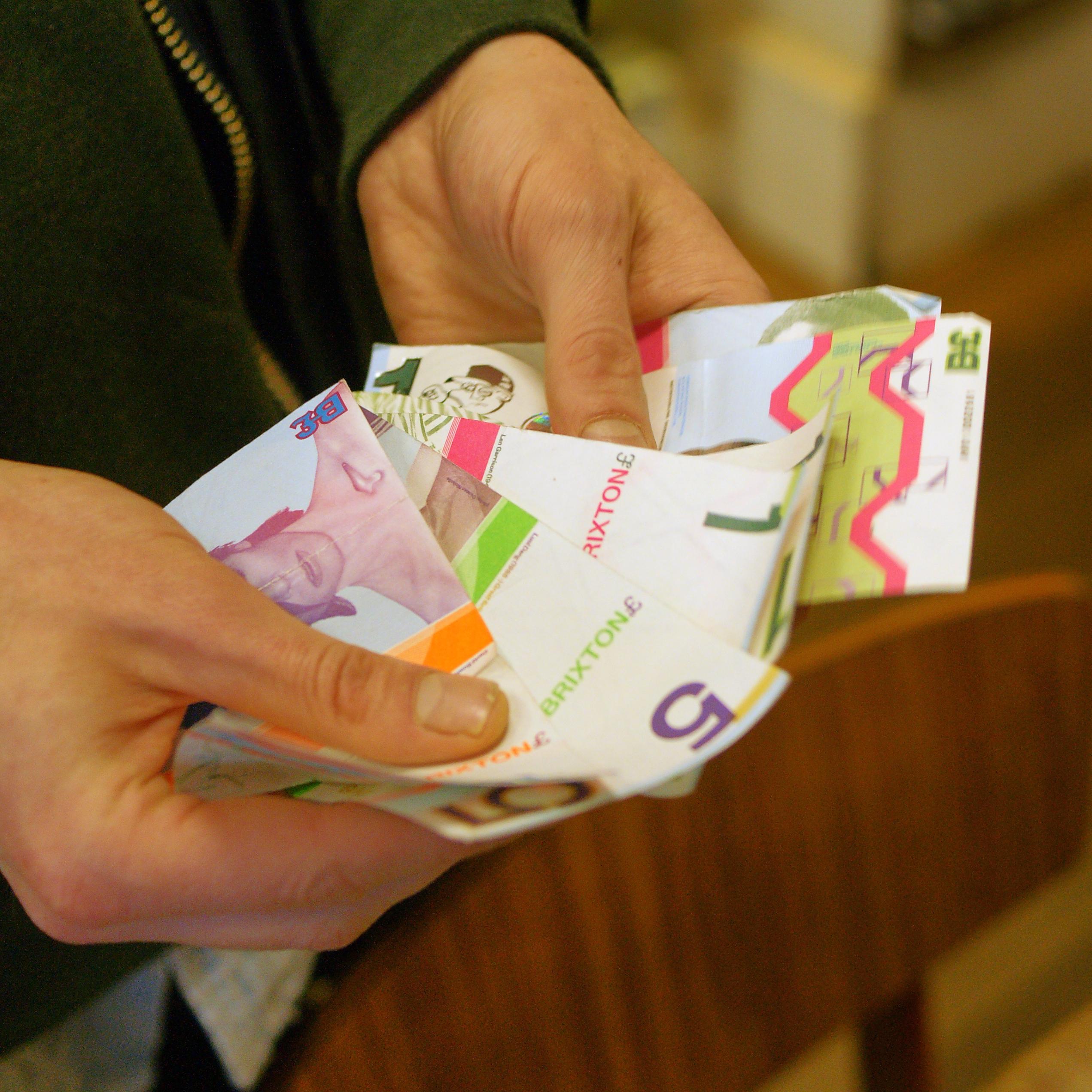 Brixtonin punnat kelpaavat maksuvälineeksi noin 200 yrityksessä.