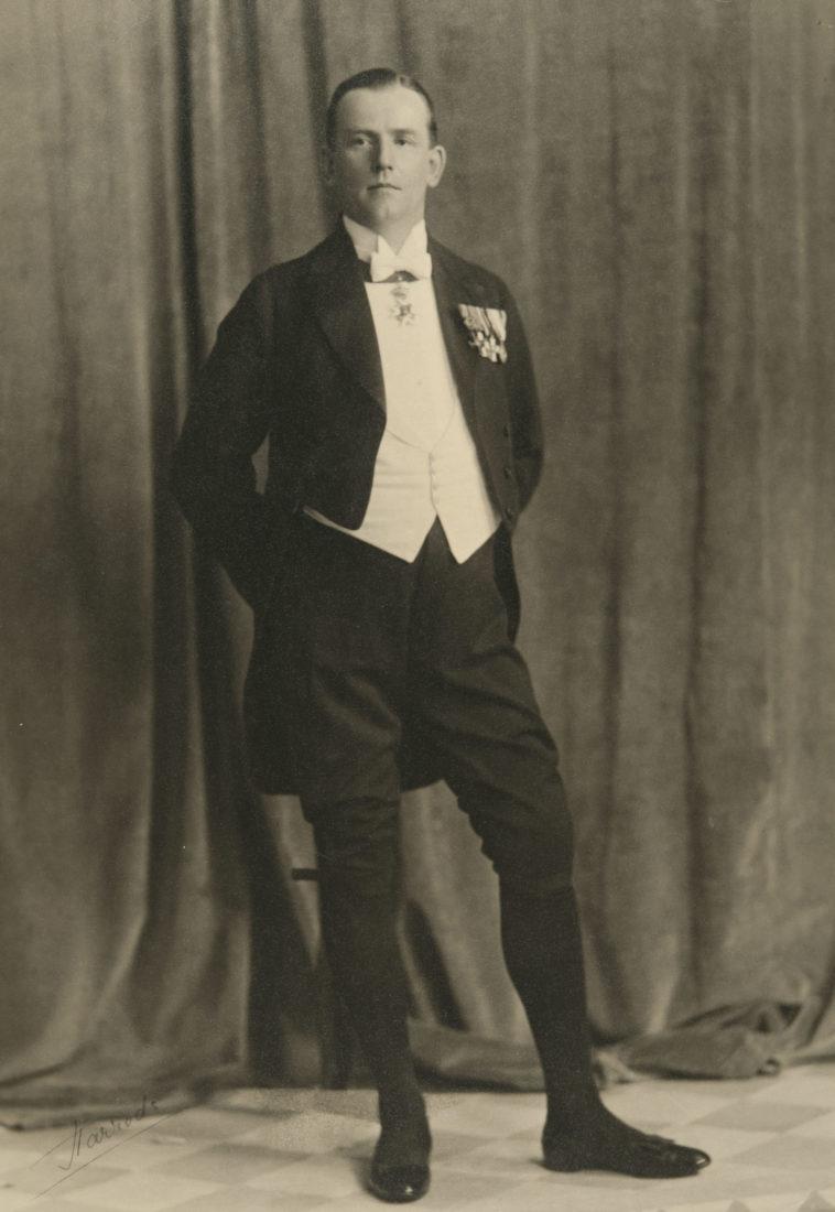 Diplomaatti poseeraa 1920-luvun juhla-asussa.