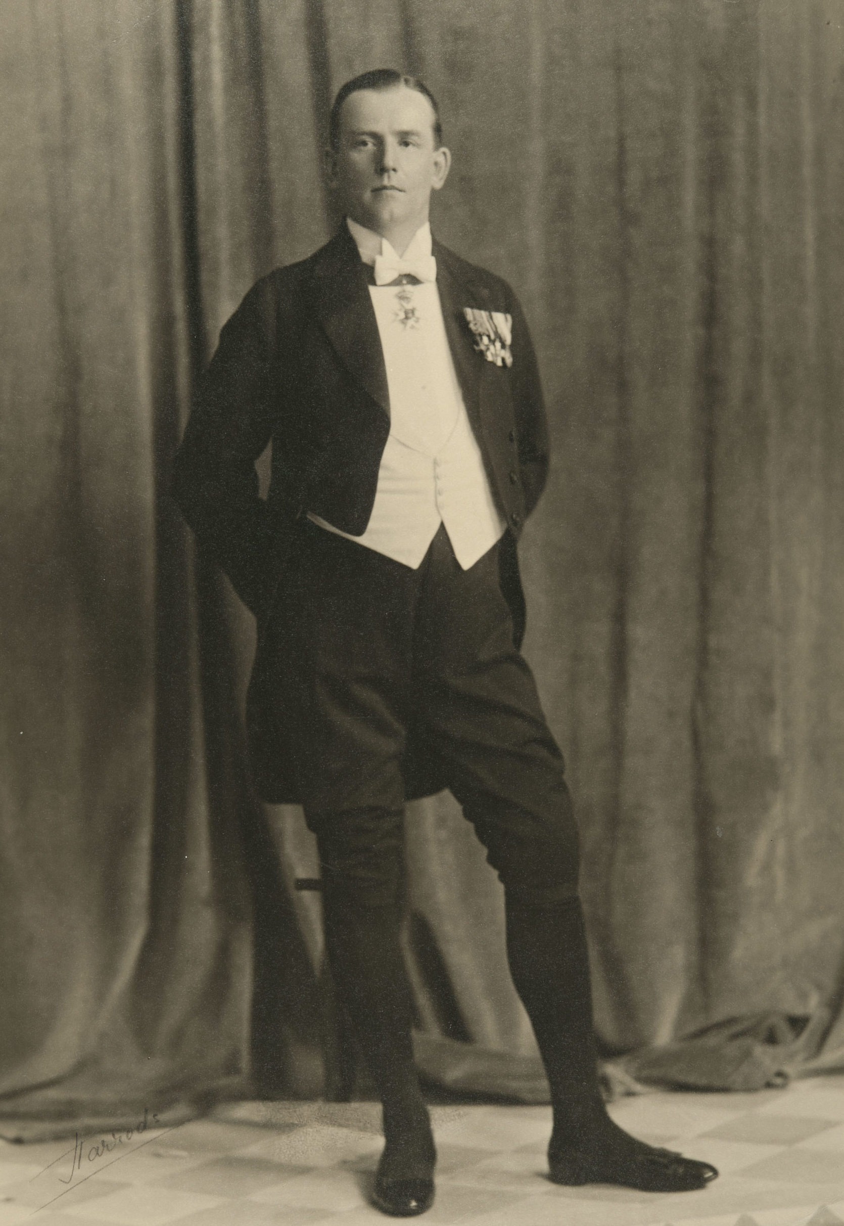 Suomen lähetystösihteeri Lontoossa Eino Wälikangas kuvattiin juhlavana 1920-luvun alussa Harrods-tavaratalossa. Kuva: Museovirasto