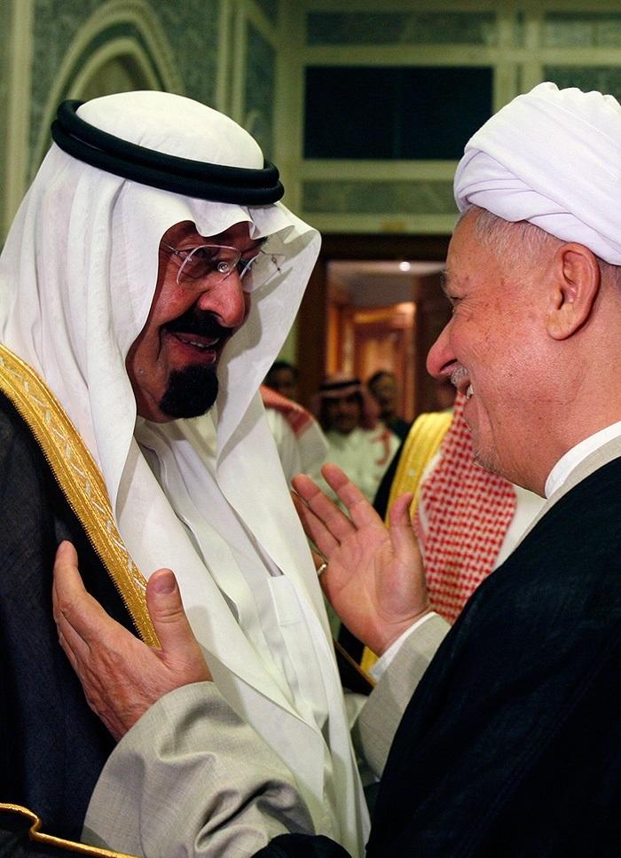 Saudi-Arabian entisellä kuninkaalla Abdullahilla ja Iranin entisellä presidentillä Akbar Hašemi Rafsanjanilla oli läheiset välit ja he kulkivat samassa autossa vierailujen aikana. Rafsanjani kävi vuonna 1998 ensimmäisenä Iranin korkea-arvoisimpana johtajana Saudi-Arabiassa sitten Iranin vallankumouksen 1979. Kuva: Fars News Agency/Wikimedia Commons